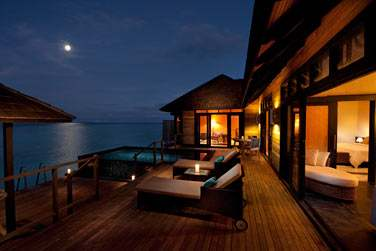 La terrasse d'une 'Infinity Water Villa'
