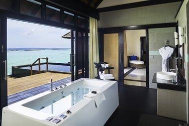 La salle de bain d'une 'Infinity Water Villa'