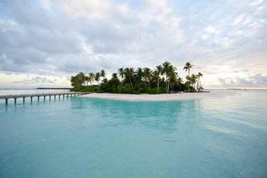 Une petite île perdue au milieu de l'archipel des Maldives entourée d'un lagon de turquoise...