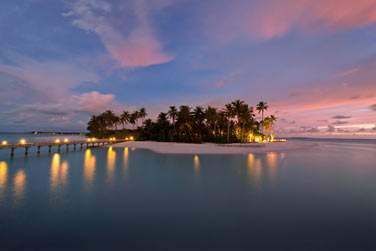 Lumière et coucher de soleil aux Maldives... Un décor de carte postale