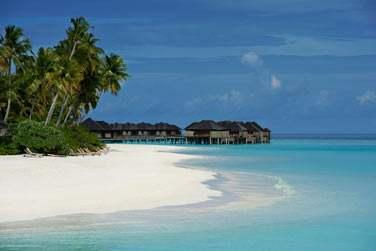 Les villas et bungalows posés sur le lagon turquoise