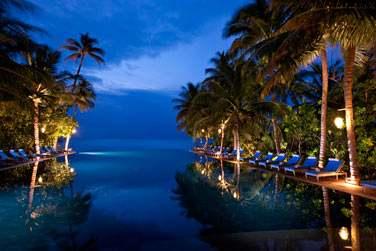 La piscine à débordement à la tombée de la nuit...
