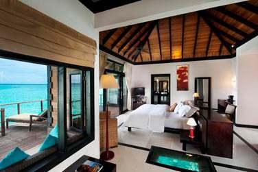 La Water Villa (villa sur pilotis) avec son sol à fond de verre...