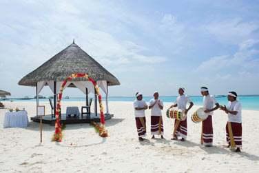 Vous souhaitez un mariage hors du commun ? Célébrez la cérémonie sur une plage aux Maldives...