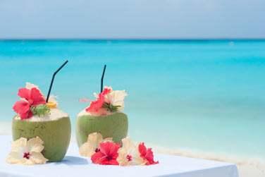 Cocktail tropical à siroter en amoureux sur la plage !