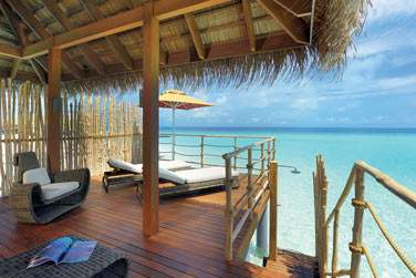 La terrasse aménagée de la Senior Water Villa avec accès direct au lagon.