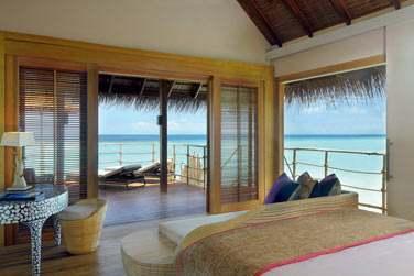 La chambre des Senior Water Villa, ouverte sur la terrasse aménagée. Une vue imprenable sur le lagon...
