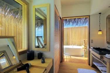 La salle de bain de la Senior Water Villa, et sa grande baignoire extérieure