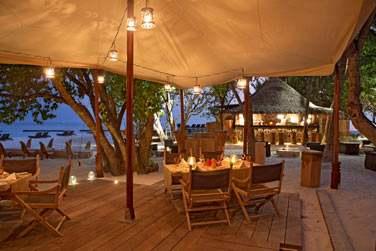 Le restaurant à la carte 'Alizée' est situé à quelques pas du lagon, sur une plage de sable blanc.
