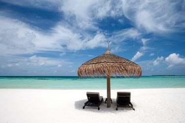 Profitez de votre séjour aux Maldives pour lézarder sur la plage face au lagon turquoise