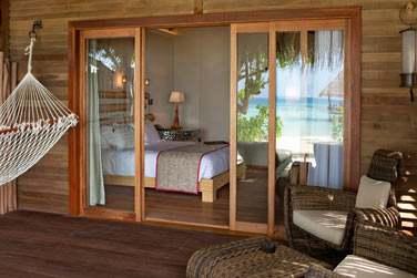La terrasse aménagée de la Beach Villa, avec un hamac pour vous reposer en plein air