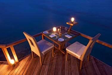 L'extension du restaurant Manta sur pilotis vous promet de belles soirées en tête à tête à la lueur des chandelles