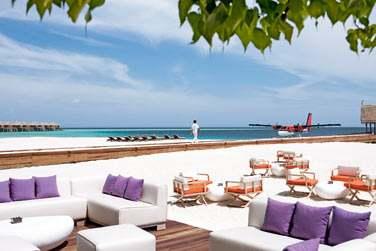 le Manta Bar est l'endroit parfait pour siroter un cocktail les pieds dans le sable.