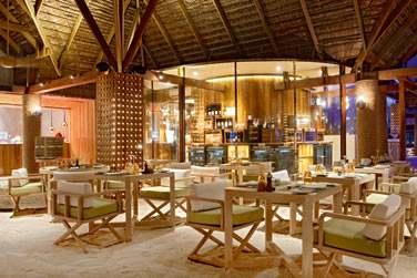 Le Manta est le restaurant principal. Il sert une cuisine sous forme de buffet, les pieds dans le sable