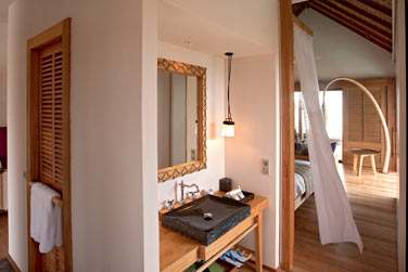 Salle de bain de la Senior Water Villa donnant sur la chambre