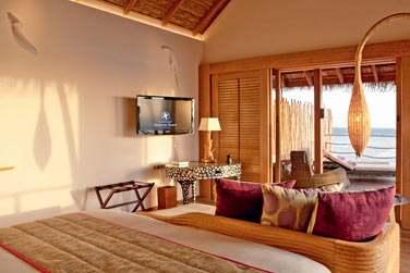 Intérieur de la Senior Water Villa, ouverte sur votre terrasse aménagée donnant sur le lagon
