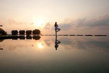 Le Spa de Constance propose des séances de Yoga pour vous ressourcer pendante votre séjour aux Maldives