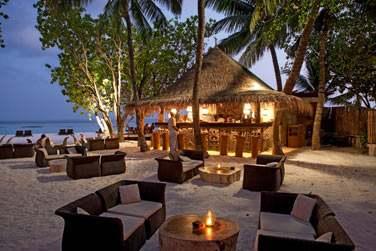 Le Totem bar est situé sur la plage, derrière la piscine et vous propose une décoration taillée dans du bois flottant.