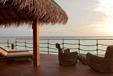 La terrasse aménagée de la Villa sur Pilotis pour des instants de sérénité face à l'océan Indien