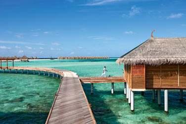 Accès aux Villas sur pilotis par la jetée, le lagon turquoise sous vos pieds !