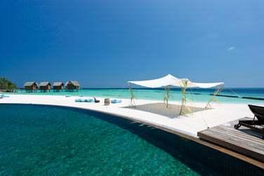 L'hôtel possède une grande piscine qui fait face à la mer...