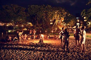 Feu de joie sur la plage une fois la nuit tombée ... tout en écoutant la prestation de musiciens en live