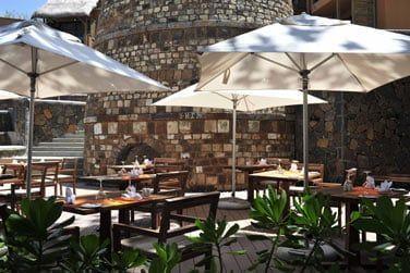 Le restaurant 'La Plaz' propose des snacks et repas légers tout au long de la journée
