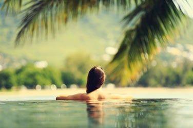 Au programme de votre séjour : détente et farniente au bord de la piscine au coeur de la végétation tropicale