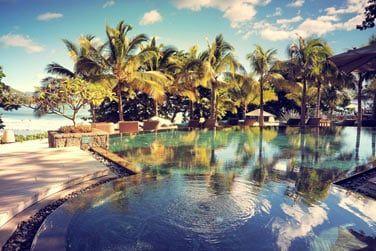 La piscine offre une vue splendide sur la plage et l'océan