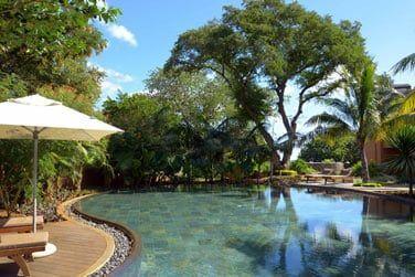 La piscine de l'hôtel entourée par une belle végétation tropicale