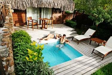 Voici la piscine privée des bungalows jardin dans un petit jardin privatif !