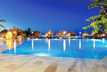 La piscine de l'hôtel Moorea Pearl Resort & Spa à la tombée de la nuit