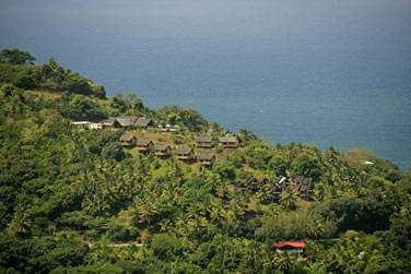 Des îles hautes où la végétation est exubérante ..