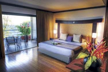 où l'hôtel jouit d'une situation exceptionnelle au bord d'une magnifique plage de sable noir