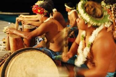 En soirée, direction le show de dance polynésienne sur la plage