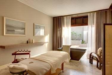 Une salle de soin de l'Iridium Spa ouverte sur un espace extérieur... Totalement zen !