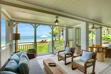 La spacieuse terrasse de la Grande Suite St Regis Front de mer