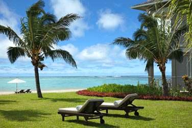 Transats dans les jardins tropicaux de l'hôtel, en bordure de la plage du Morne