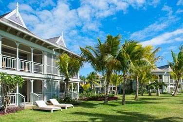 Les pavillons des chambres sont disséminés au coeur de la végétation tropicale