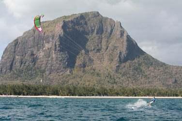 Le lagon entourant la péninsule du Morne est propice aux sports nautiques et notamment au Kitesurf