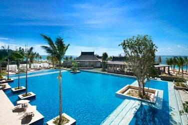 Profitez de belles journées ensoleillées pour vous détendre au bord de la piscine