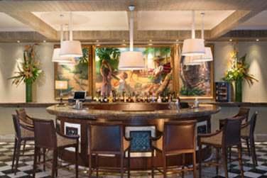 Rendez-vous au Bar 1904 pour déguster de savoureux cocktails dans une ambiance jazzy le soir venu...