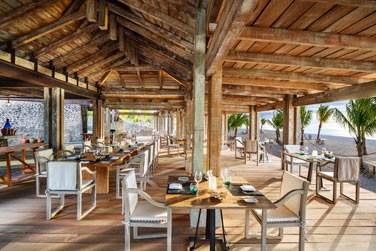 Le Boathouse Grill Restaurant propose des grillades, fruits de mer et poissons, pour un déjeuner les pieds dans le sable