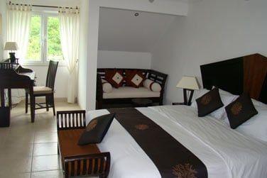 La chambre, confortable et joliment décorée