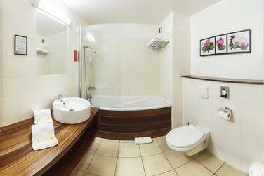 Et une salle de bain simple mais bien aménagée
