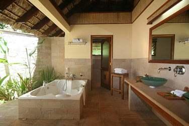 Vous apprécierez les salles de bains extérieures ...