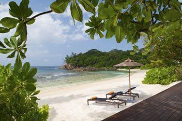 L'hôtel s'étend sur une longue plage de sable blanc
