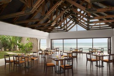 Le restaurant principal ELEMENTS propose une cuisine internationale et créole avec de copieux buffets