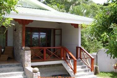 Les chambres sont réparties dans des petits pavillons de style créole Seychellois