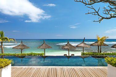 La piscine donnant sur la plage et l'océan. La vue est splendide !